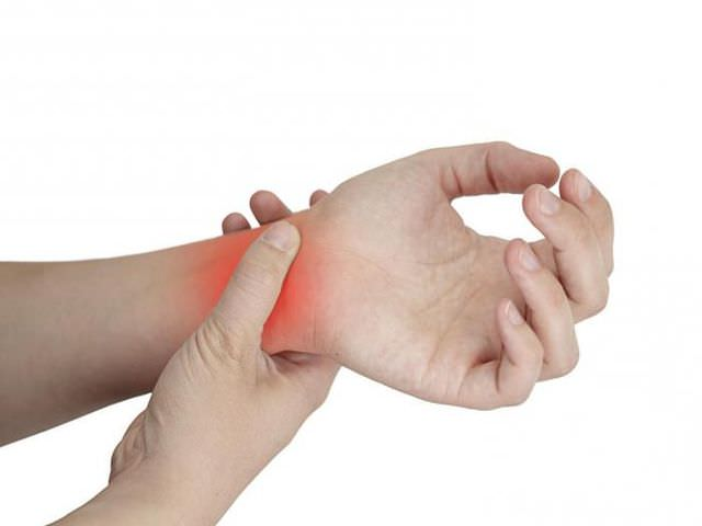 Травма костей рук человека