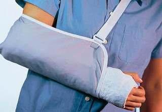 Перелом руки со смещением сколько носить гипс — Суставы