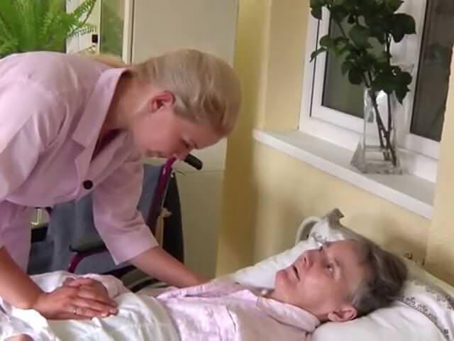 смотреть видео бабушка ставит себе катетер