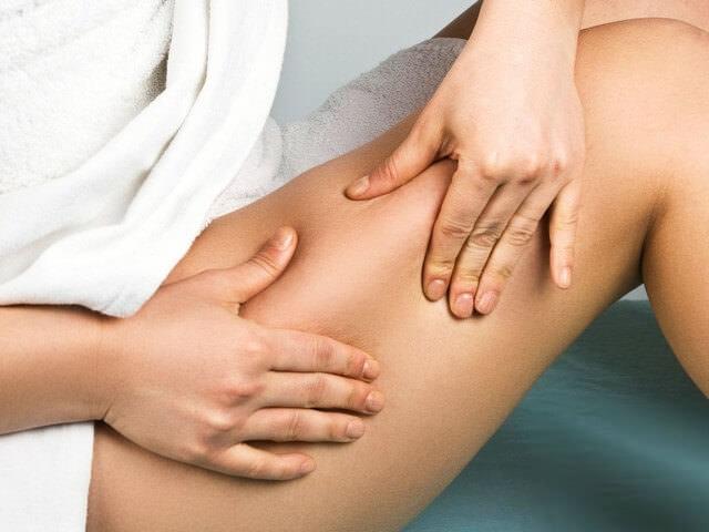 Женщина делает себе массаж