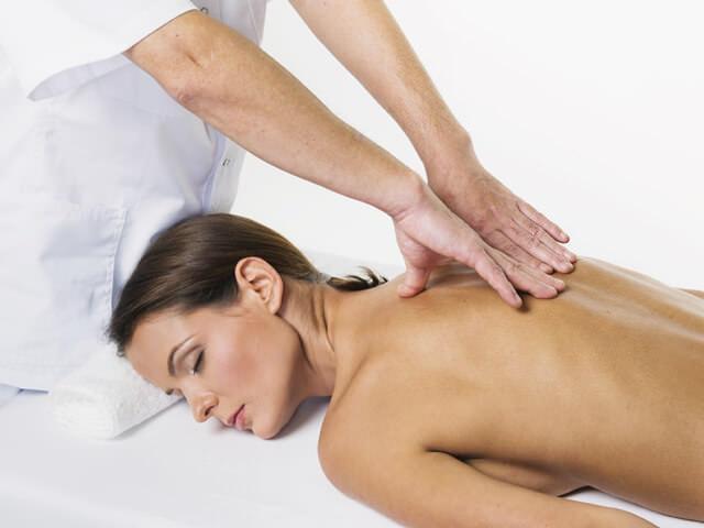 Ручной массаж плечевой зоны