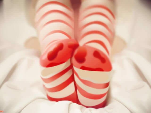 Детские ноги в носках