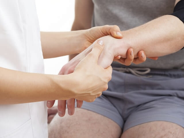 Легкий массаж руки